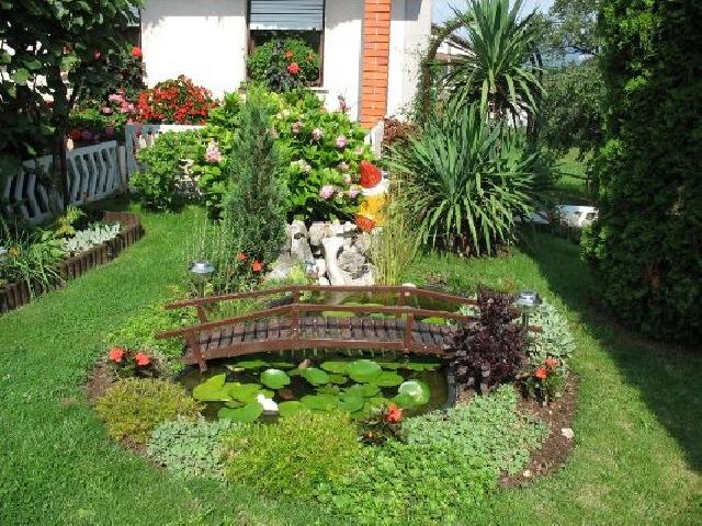 Красивый двор легко можно обустроить своими руками