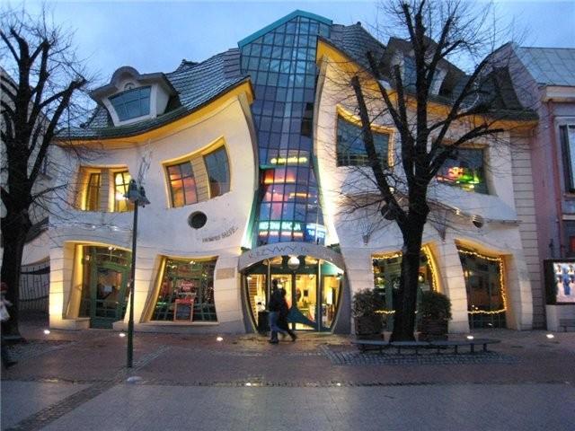 Знаменитый теперь во всем мире дом выделяется своим необычным фасадом и неординарными интерьерами