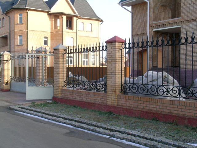 Конечно же, забор должен быть выполнен из таких материалов, чтобы вписываться в общую композицию с домом