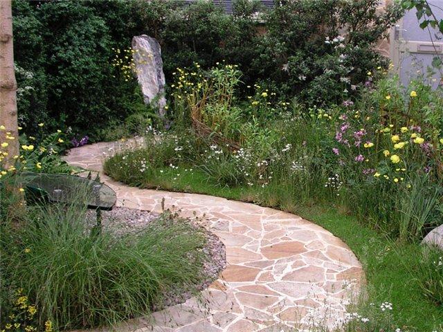 Необычные садовые дорожки нарушают все требования и служат только для эффекта.