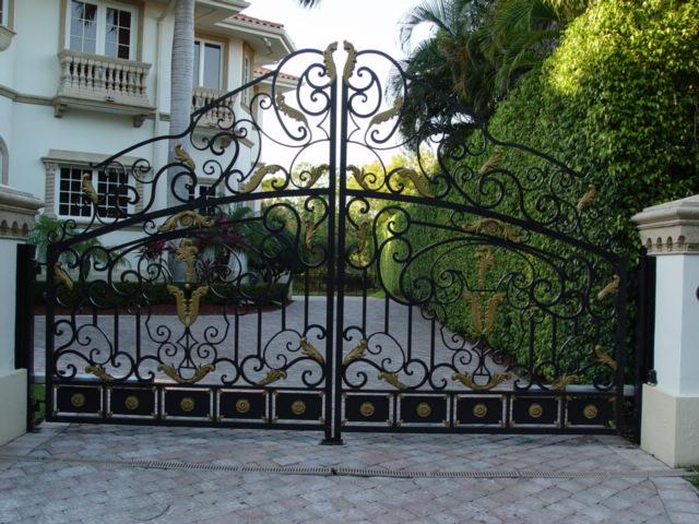 Интересные и красивые ворота многое говорят о своем хозяине.
