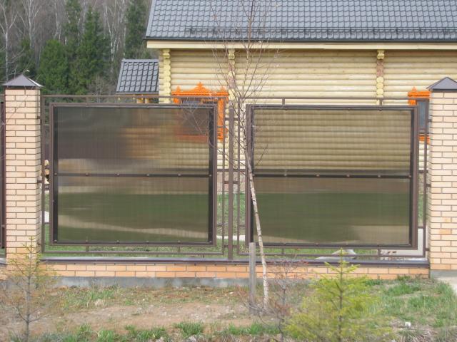 Забор между соседними участками на землях населенных пунктов может быть любой высоты и из любого материала.