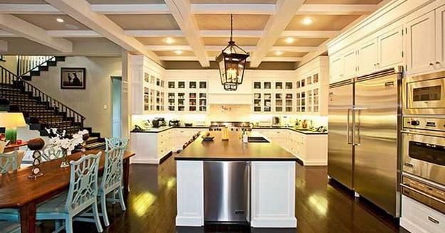 Интерьер кухни столовой в загородном доме 2