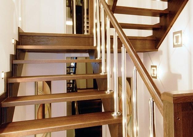 Оригинальная подсветка лестницы между этажами в частном доме 3