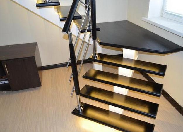 Оригинальная подсветка лестницы между этажами в частном доме 6