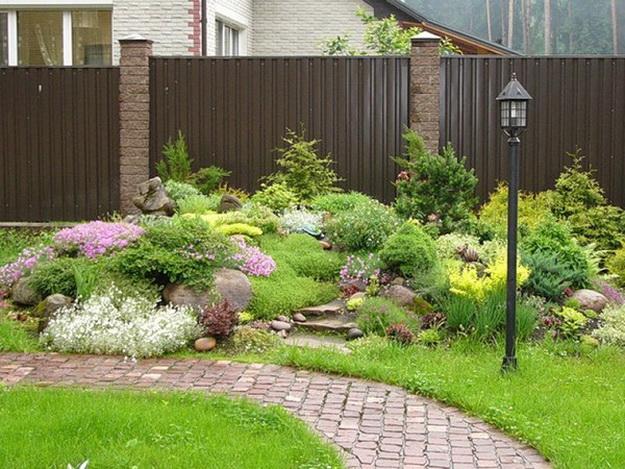 Ландшафтный дизайн с хвойными растениями перед частным домом 6