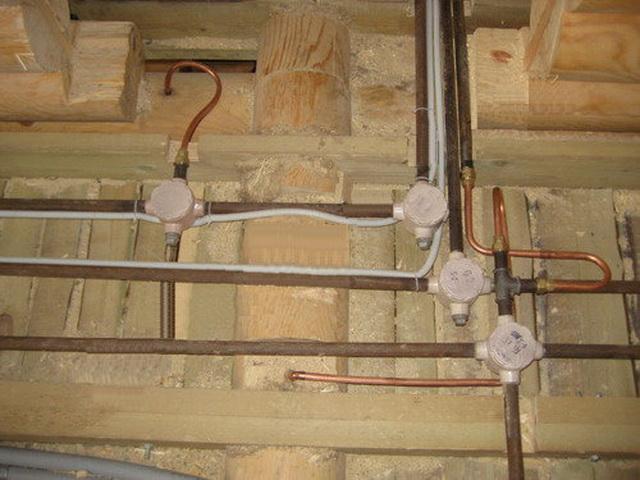 Строите деревянный дом? Не пожалейте денег на проводку в металлических трубах...