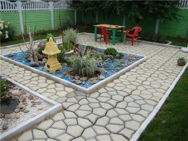 Линейные дорожки в саду практичны и подчиняются требованиям.