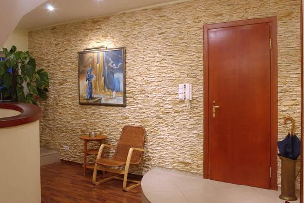 Отделка камнем в интерьере прихожей и коридора 3