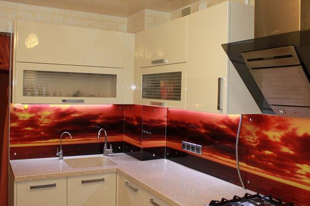 Дизайн стеклянных стеновых панелей для кухни 3