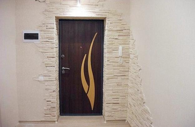 Отделка декоративным камнем коридора и прихожей 1