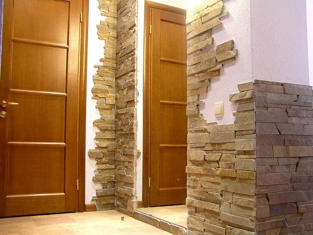 Отделка декоративным камнем коридора и прихожей 3