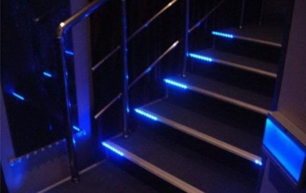 Оригинальная подсветка лестницы между этажами в частном доме 1