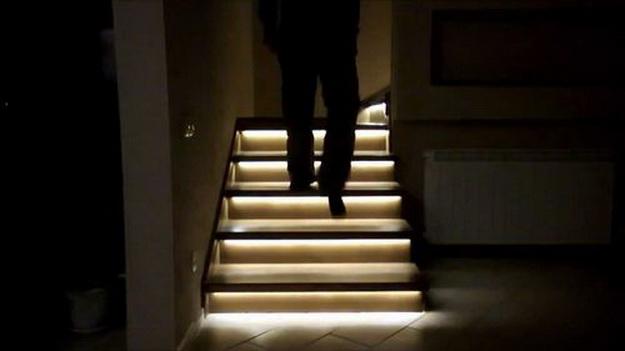 Оригинальная подсветка лестницы между этажами в частном доме 2