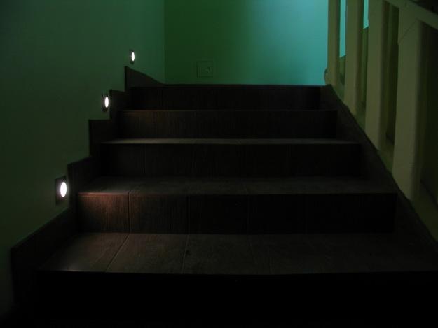 Оригинальная подсветка лестницы между этажами в частном доме 4