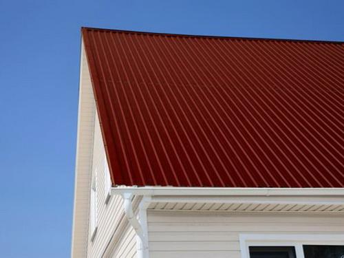 """После покрытия крыши профнастилом места """"притирки"""" штампов совершенно не видны."""